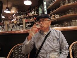 Papá dijo que se quería echar una cerveza para relajarse de la caminata.