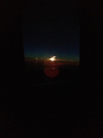 A través de los vidrios entintados del boeing 787 vi el amanecer.