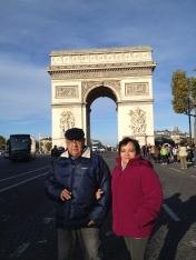 Estábamos hospedados tan cerca del Arco del Triunfo que nos tomamos foto de día y de noche. Mis papás amaron este sitio.