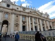 Afuera de la Basílica de San Pedro, disfrutando de su majestuosidad.